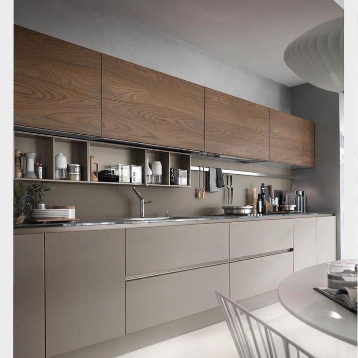 Cozinha em tom de fendi com nogueira. Adoramos os nichos mais rasos entre a bancada e os armários superiores essa modulação permite aproveitar o espaço de forma bem eficiente. Ad http://ift.tt/1U7uuvq arqdecoracao arqdecoracao @arquiteturadecoracao @acstudio.arquitetura #arquiteturadecoracao #olioliteam #canalolioli #instagrambrasil #decor #arquitetura #adcozinha #cozinha #kitchen