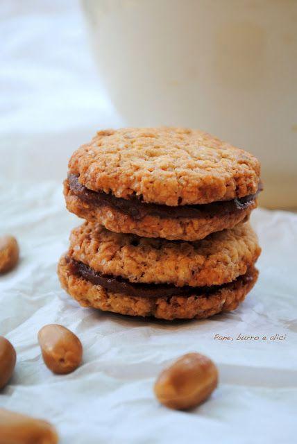 Biscotti alle arachidi farciti con crema spalmabile al caramello