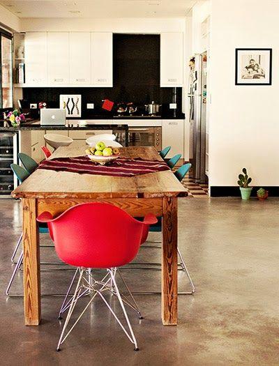 #excll #дизайнинтерьера #решения  В последнее время комбинировать массивные деревянные столы с дизайнерскими стульями очень модно.