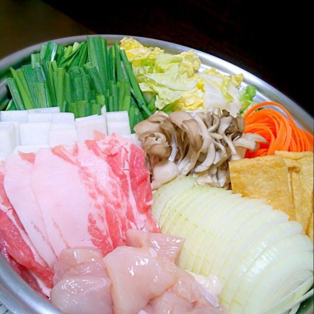 酒鍋!!  母が出張のお土産に日本酒をくれたのだけど 旦那はビール党、私はお酒にめっぽう弱い… 美味しく飲んだ後の残り、 どうしようか迷って贅沢に酒鍋! 広島の美酒鍋に習って 玉ねぎを入れたのだけど。。 ま、広島は遠かった。笑 - 49件のもぐもぐ - simmered vegetables & meat!! by shouuu