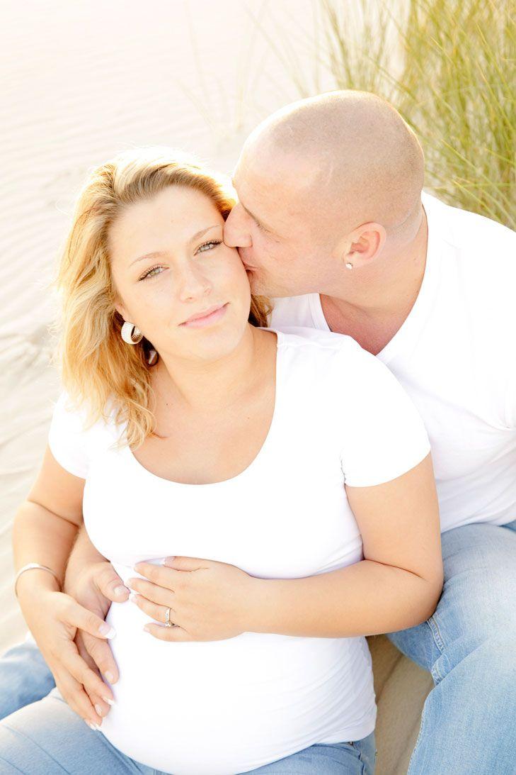 www.chantaltak-fotografie.nl ~ Romantische zwangerschapsfotografie bij ondergaande zon. Deze foto is gemaakt tijdens een zwangerschapsfotoshoot op locatie. Fotograaf: Chantal Tak Fotografie #Fotoshoot #fotograaf #zwangerschap #zwangerschapsfotoshoot, #romantische #fotoshoot #natuur #zwangerschapsfotograaf #Hargen #Duinen #Strand #zon #zonsondergang