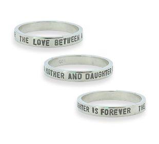 Zilveren ring met de tekst: the love between mother and daughter is forever.  #moedersieraden #naamsieraden #cadeau #mama #kerst #kerstcadeau #christmas #sinterklaas