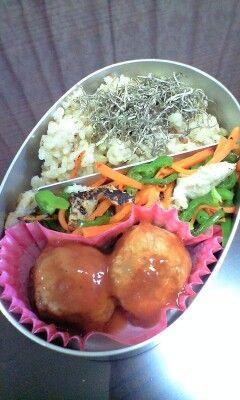 ベジミートボール★   お肉なしのミートボール★アレンジもいっぱいできるし、お弁当にも◎多めに作って冷凍してもよし。    材料 お好きな豆(水煮) 100g  長いも(すりおろす) 150~180g  ドライおから 大匙4~5  オートミール 50g  味噌 大匙1~2  生姜(すりおろし) 大匙1  玉ねぎ(みじん切り) 1/4~  オールスパイス・ナツメグ・クミンなど 適量  作り方 1 豆をつぶし、材料を全部混ぜちゃいます。 2 一口大にコロコロまるめて、油をしいたフライパンで転がしながら焼きます。途中で蒸し焼きにしてしっかり火を通してください。 3 最後に強火で焦げ目をつけて出来上がり。スプーンで形をととのえるときれいになります。 4 お好きな味付けで召し上がれ コツ・ポイント 蒸し焼きがポイント。たこ焼き器だと簡単かも?? 多めの油で揚げ焼きにして、黒酢あんで中華風団子にしてもいいかも レシピの生い立ち ミートボール、フライパンで焼いて丸くなるのかどうかためしてみたくて  レシピID:563144