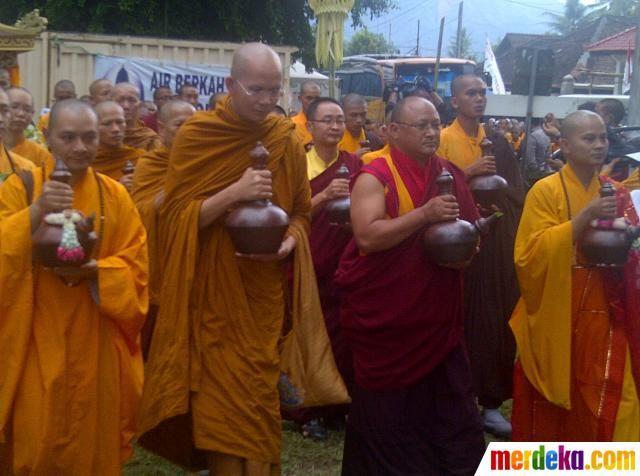 Sejumlah Bhiksu berdoa bersama saat prosesi pengambilan air suci pada rangkaian perayaan Tri Suci Waisak tahun 2012/2556 B.E