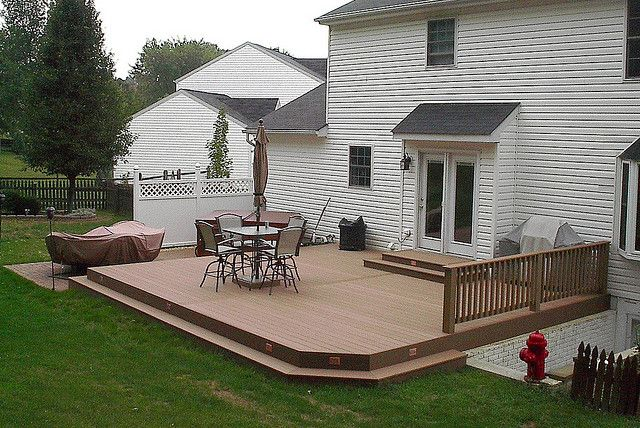 Ground level composite deck ground level and decking for Ground floor balcony design