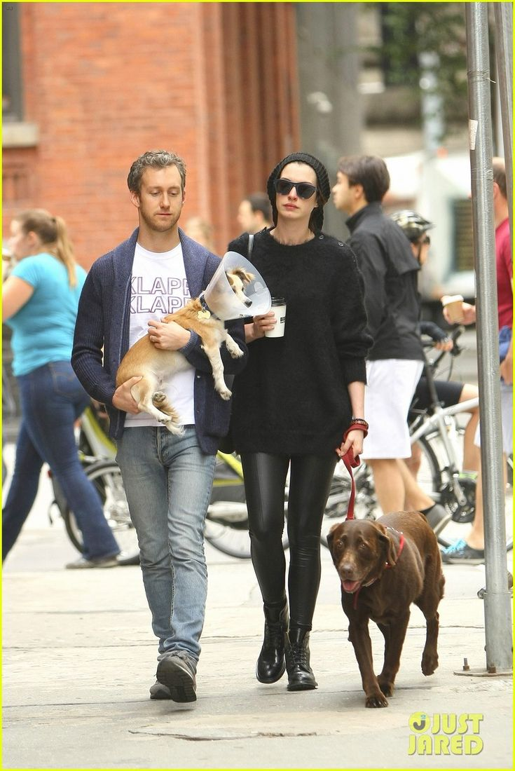 Anne Hathaway & Adam Shulman Take Injured Dog for Walk   anne hathaway adam schulman injured dog walk 05 - Photo