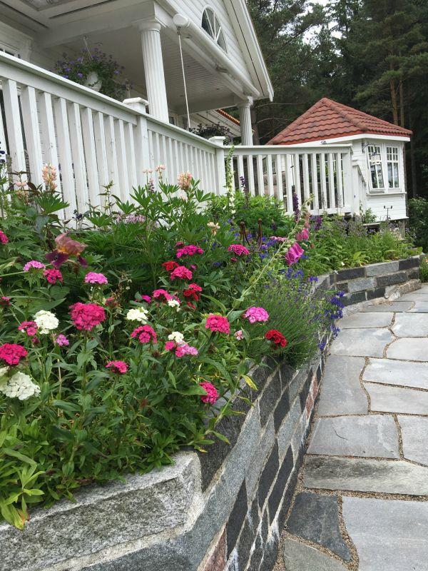 hage - blomster - skifer - granittmur