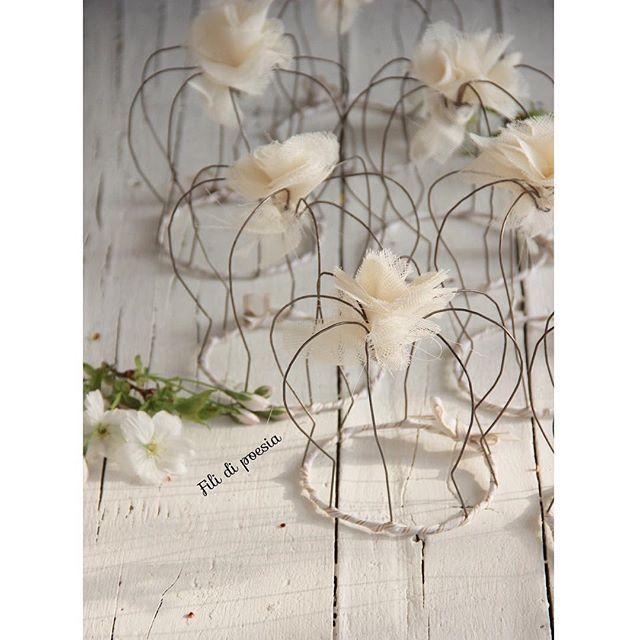 couronnes en fil de fer avec fleur en tissu comme cadeaux mariage et naissance