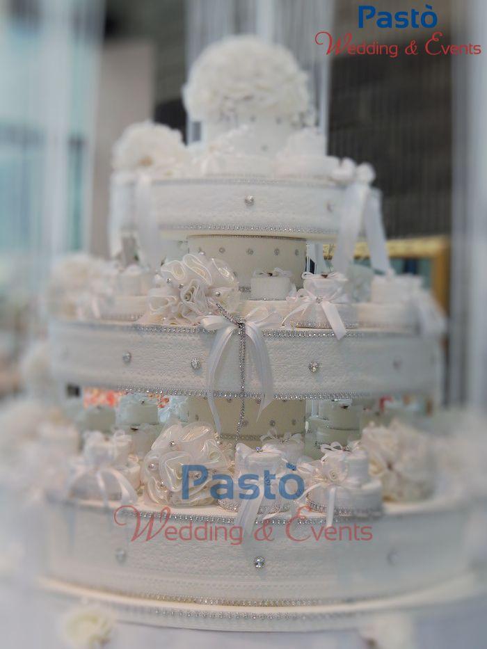 Una finta torta con portaconfetti avorio grande www.weddingandevents.it