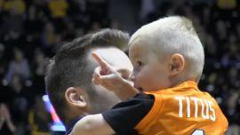 小さい子供がバスケを楽しんで努力する姿が感動を呼ぶ