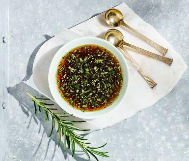 I denna smakfulla honungsmarinad blandas sötman från honung tillsammans med sältan från japansk soja. Både färsk rosmarin och sambal oelek lyfter smakerna ytterligare och du har en vinnare att marinera köttet i. Passar suveränt till fläskkött och kyckling.