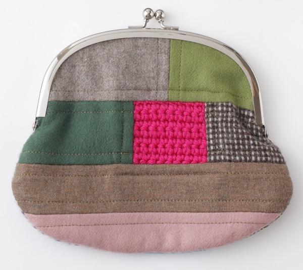 小物の収納に便利な、ちょっと大きめのがま口です。/布×編み地でほっこり雑貨(「はんど&はあと」2011年12月号)