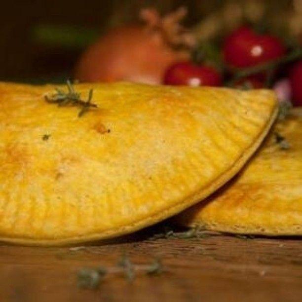 O Patty é muito comum na culinária jamaicana e é originalmente feito com recheio de frango com Jerk Sauce. Além do tradicional desenvolvemos três receitas veganas e 1 lacto vegetariana. Temos cenoura com semente de girassol preto e semente de mostarda / Proteína de soja com cenoura / Banana laranja e canela / Abobrinha com manjericão páprica e gorgonzola. Tudo com base em receitas desenvolvidas por jamaicanos. Acompanhados de Jerk Sauce hummmm.... Não tem como resistir!!! #comidajamaicana…