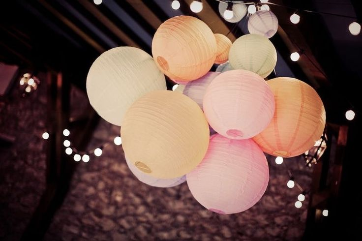 A bundle with pastel paper lanterns. We ❤️ it!   Tros met pastel lampionnen.   #lampion #lampionnen #huwelijk #party #feest #wedding #weddingideas #styling #decoratie #decoration #weddinginspiration #marriage #trouwen #pastel #ibiza #breda #event #events #eventplanner #weddingplanning  Hochzeit dekoration, Fete de mariage, hangende lantaarns, Bruiloftsborden, huwelijks ideeën www.lampion-lampionnen.nl