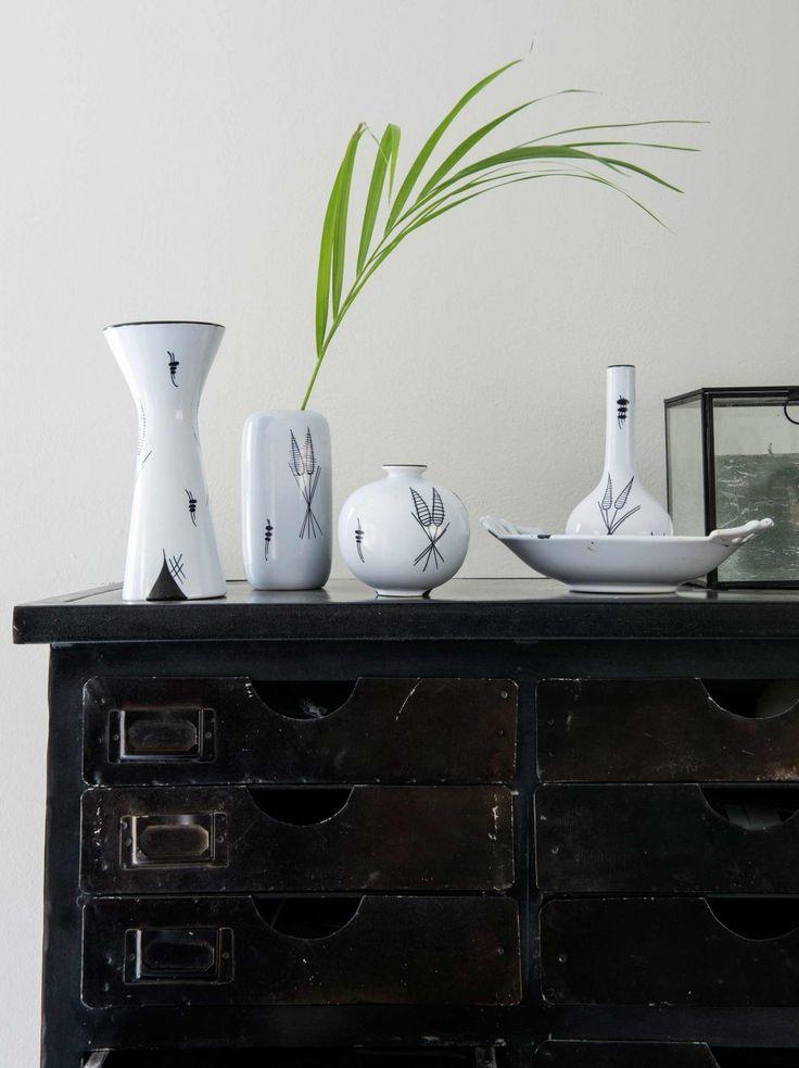 3-zwarte-kast-witte-vazen