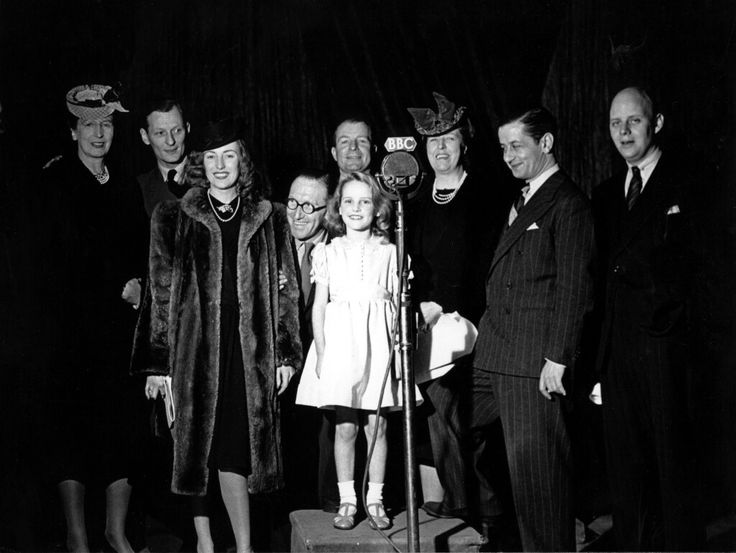 Vera Lynn at the BBC in 1942 with Arthur Askey and a 10 year old Petula Clark #veralynn100 #veralynn #petulaclark #bbcqt #radio