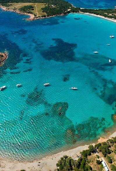 Vous cherchez une plage idyllique, reposante et digne des plus belles cartes postales sur l'île de Beauté ? Découvrez notre sélection des 10 plus belles plages de Corse en images.