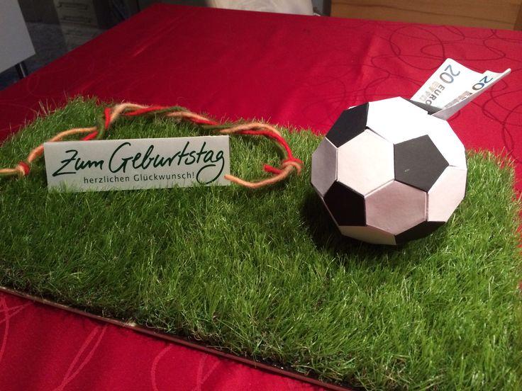 Geldgeschenke Fußball. Geschenke verpacken. Hier eine Idee für einen Fußballer / Fußballfan :-)