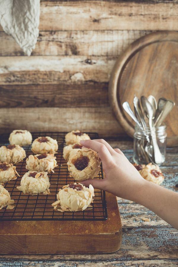 Biscotti sablé mandorle, miele d'acacia e marmellata di arance rosse bio.