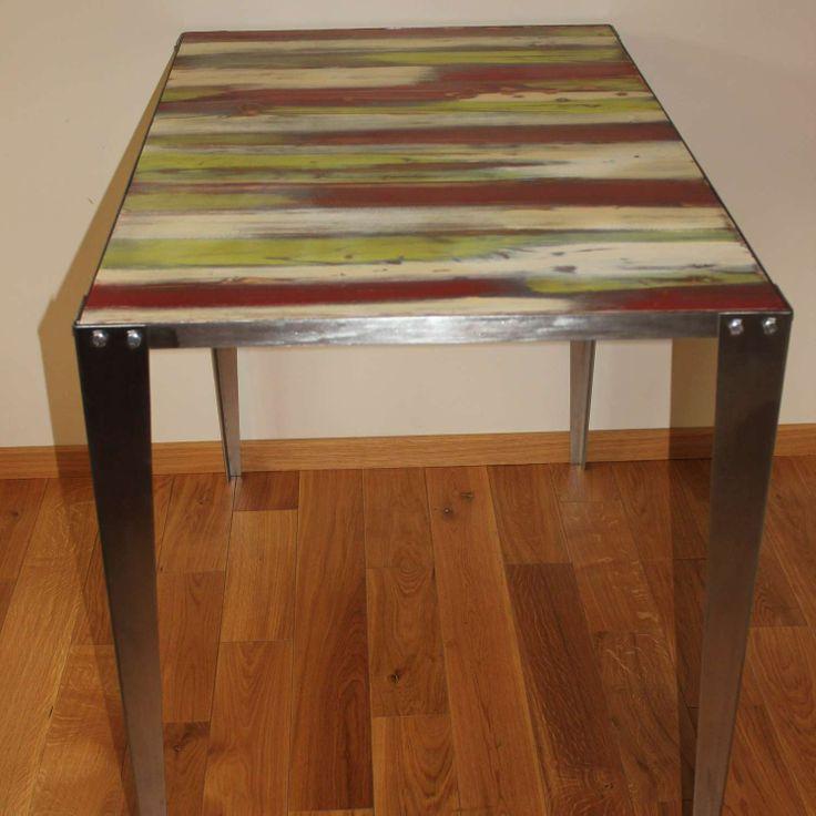 Stół Arrow Color to klasyczna propozycja stylu industrialnego w nowoczesnej, lekkiej kolorystyce.