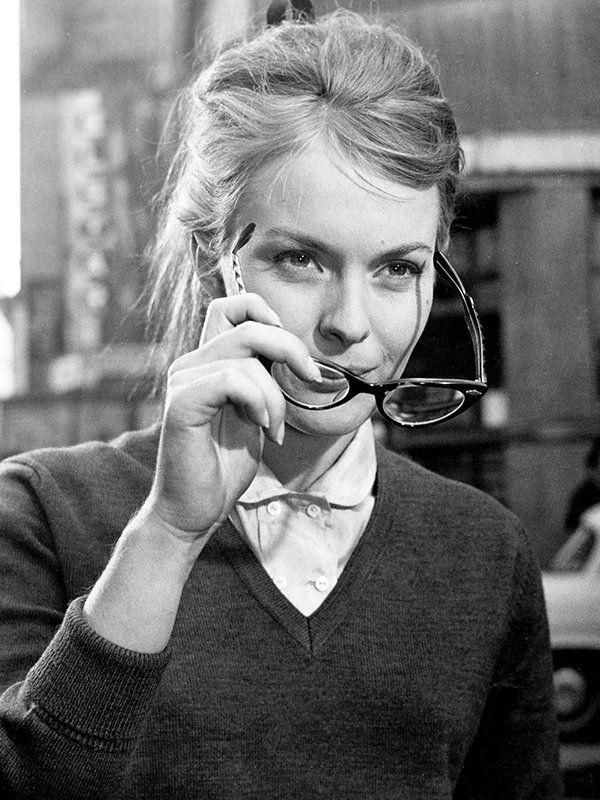 ジーン・セバーグ/フレンチシックの永遠のスタイルアイコン、ジーン・セバーグもマーク。映画『フレンチ・スタイルで』(1963)では、シャツ&Vネックニットにメガネを合わせて。
