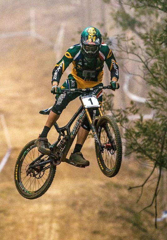 En mi tiempo libre yo monto en bicicleta, practico deportes, y trabajo.