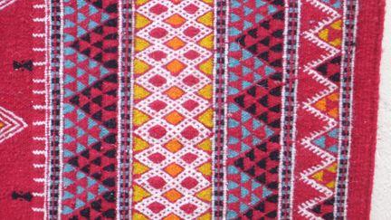 Carrefour des civilisations et terre de rencontre, la Tunisie a été de tout temps réputée pour ses tissages. Au Véme siècle AV JC les poètes grecs louaient déjà les tapis et tapisseries de Carthage…
