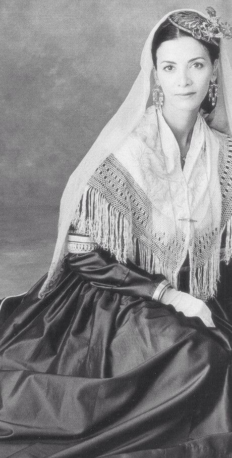 """Φορεσιά Λευκάδας Κατερίνα Λέχου Φωτογραφικό λεύκωμα Παραδοσιακές Φορεσιές"""" (Εκδόσεις Φερενίκη,2004) Φωτογράφος: Καλλιόπη Καρβούνη"""