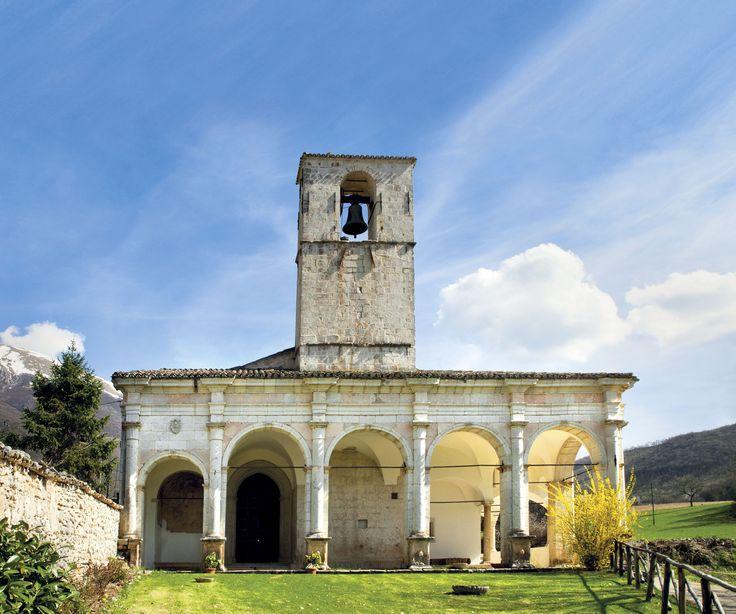 L'imponente Chiesa della Madonna Bianca sorge in una delle valli più suggestive della Valnerina: la Valle Castoriana tra Piedivalle ed Ancarano.  L`edificio originario è trecentesco (facciata e porta laterale di fine '300). La facciata, che guarda verso la Valle Campiana, presenta un portale di foggia gotica, ma rivestito di una decorazione a fresco del XV sec.; al suo fianco, un`edicola esterna è decorata di affreschi della bottega degli Sparapane.