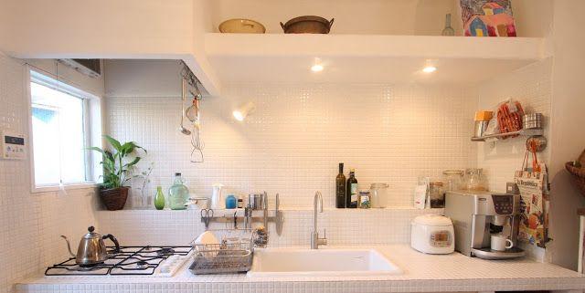 白タイルのキッチン壁の部分と台の部分は、大きさの違うものを使うこともよくありますが、 同じタイルで仕上げるのもいいです。上にはものを置く台、ライトも仕込んで、 タイル以外の部分は、漆喰です。