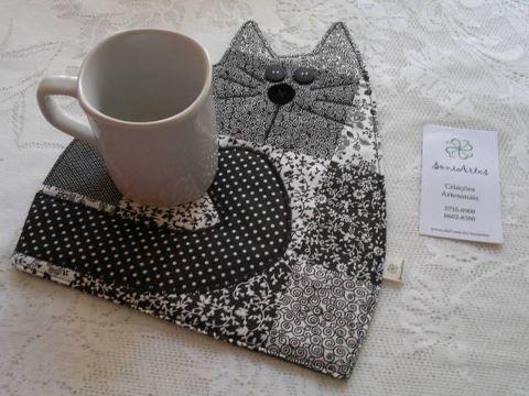 cute idea for a mug rug from fabric scraps