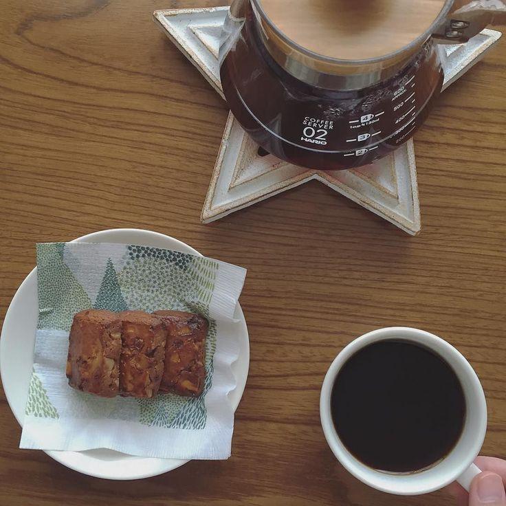 おとなのおやつ #おとなのおやつ 芸がなくていつも同じ構図なのでなんだか定点カメラみたいになってきましたが今日も同じ 今日はやながせ倉庫1FのA.L.C.cafeさんのお気に入り黒糖とくるみのクッキー 丸みがある黒糖の甘さと口に入れるとほろりと形がなくなる食感がクセになる美味しさです A.L.C.cafeさんはこの黒糖とくるみのクッキーとリーフパイを必ず購入してしまいます (リーフパイはサンビルの日に購入したその日に美味しくいただきました)  まつげさんストロー練習中 まずはストローを噛み噛みして噛んだまま仰け反るようにストローを引っ張って遊びます そして少し吸い上げてはびっくりごっくん その後吸い上げ過ぎてマーライオン この繰り返しで徐々に上達しています 麦茶は和光堂さんの六条大麦のベビー麦茶で落ち着きました 確かに大人が飲んでもこれは美味しい #コーヒー #coffee #coffeetime #kahvi #alccafe #エーエルシーカフェ #やながせ倉庫 #岐阜 #サンデービルヂングマーケット #hario #ハリオ #iittala #イッタラ #teema…