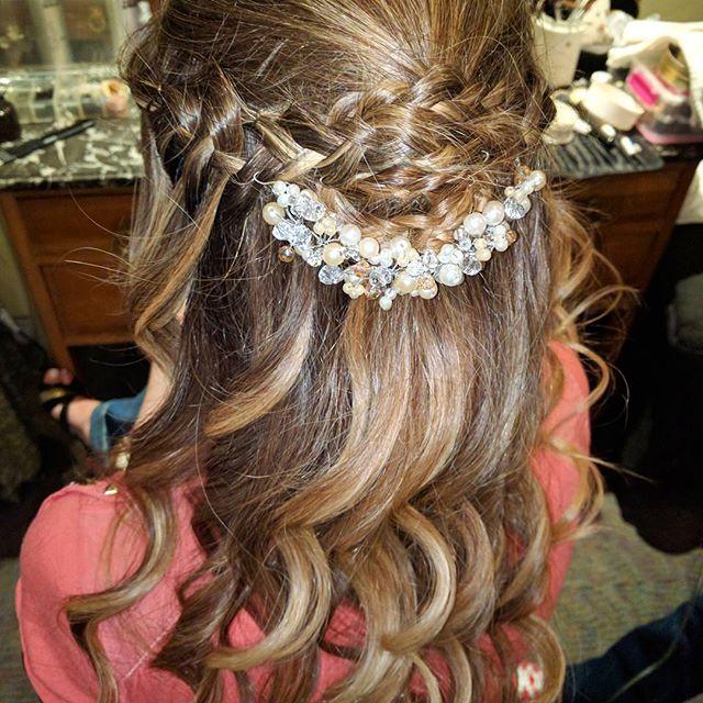 """Soñado para novias que quieren brillar """"Alma"""" es un tocado de perlas, cristales y  strass en tonos neutros.  Lorena confió en nuestras manos su #maquillaje, #peinado y #tocado para su gran boda.  Para conocer nuestros productos y promociones envianos un mensaje directo o Info@adelaidamercado.com.ar - mercadomakeup@gmail.com    #hairstyle @florenciamer #tocados @ademercadomakeup #accesorios #hair #novias #novia #brides #bride #wedding #casamiento @casamientosonline"""