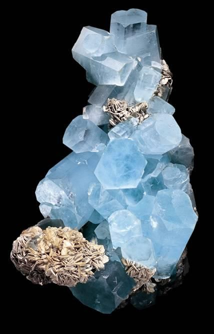 Acquamarina (varietà i Berillo) with muscovite  Nagar, Hunza Valley, Gilgit District, Northern Pakistan.  320x180 mm