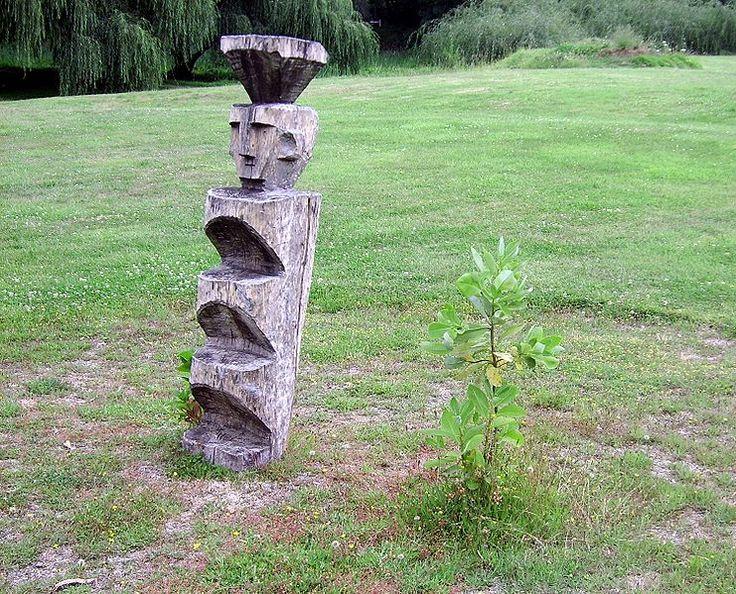"""El rehue simbolizaba la escalera al cielo, y también el lugar de congregación ritual mapuche, donde entre otros, se agradecía a los pillanes y a la tierra, siempre rodeado de plantas de canelo, símbolo de paz y de concordia. """"Cantaban y bailaban; comían y bebían por días y noches""""; eran """"espacios sagrados permanentes""""."""