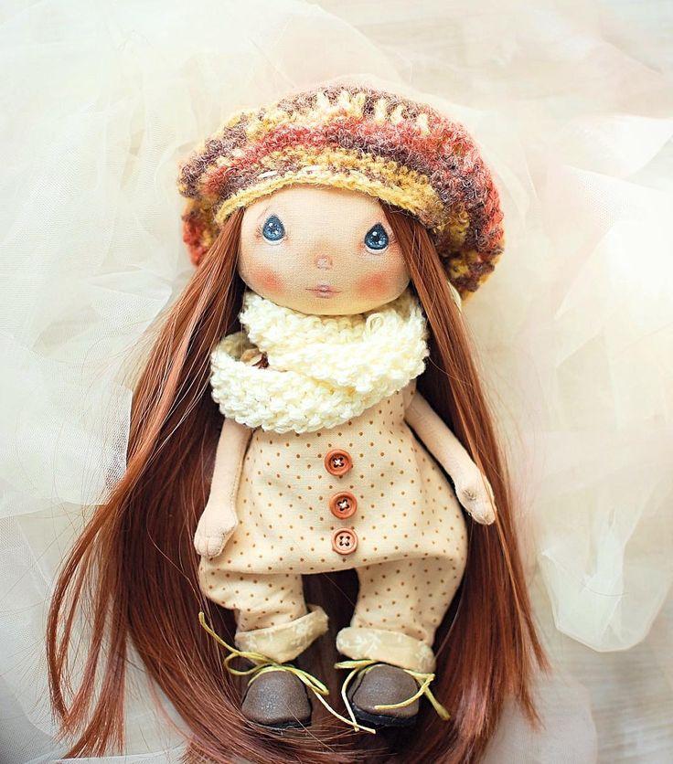Такие у неё волосы длинные! И беретик очень идёт. Вообщем все сложилось как надо!🖐👌👏! Куколка свободна.