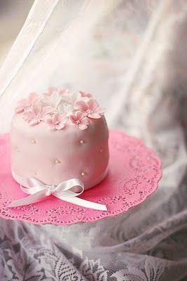 Розовый торт: Симпатичный розовый торт с Doilie