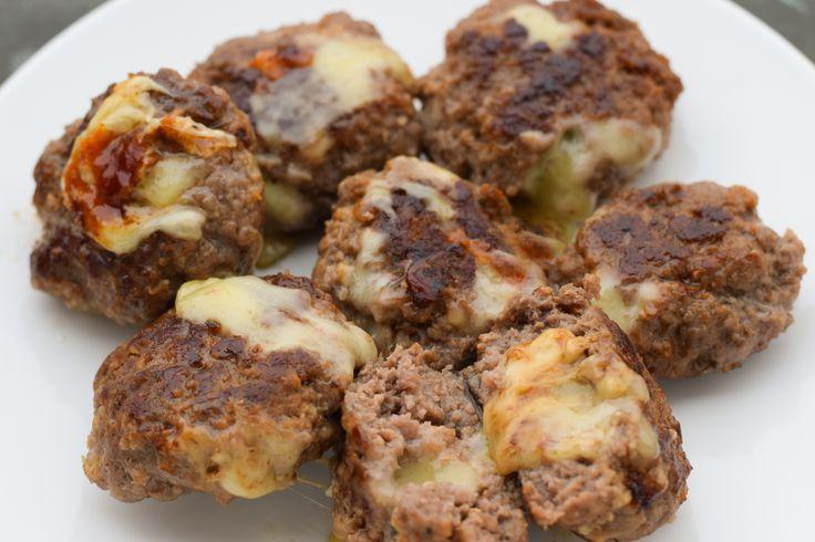 Extrem lecker, schnell und einfach gemacht - unsere gefüllten Low Carb Käse Frikadellen. Geschmolzener Käse-Kern und außen knusprig braun.