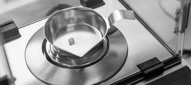 Nur die schönsten Diamanten finden handerlesen den Weg in unsere Schmuckstücke.  Ein dezenter Verlobungsring mit 0,5 Karat oder ein extravaganter Antragsring mit 0,50 Karat? Diamanten sind ganz unabhängig von ihrer Größe die Edelsteine der Liebe.