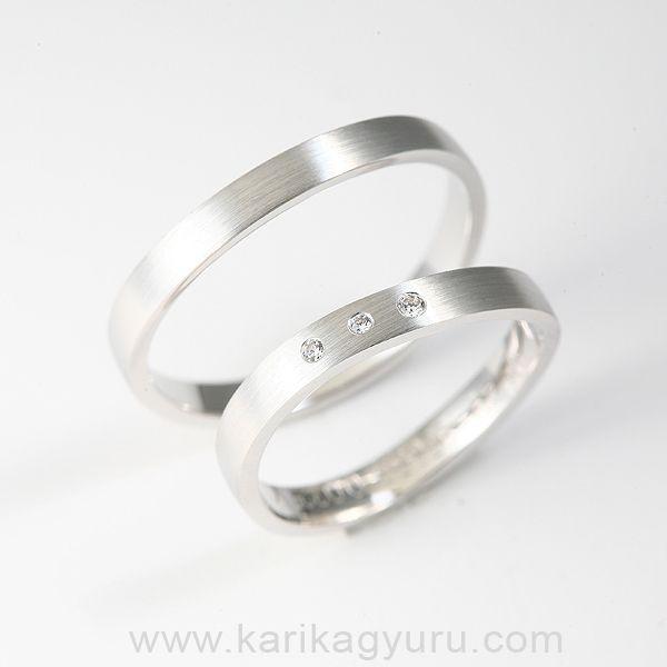 Modern, hullám formájú, 4mm széles, 14 karátos fehér arany karikagyűrű pár kb. 5-6 g. A női gyűrűt összesen 0,03ct G/vs minősítésű briliáns ékesíti. www.karikagyuru.com
