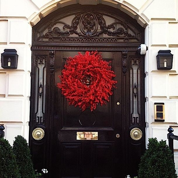 Elegant christmas decoration very chic on a black front for Elegant front doors