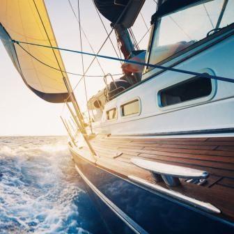 Trendykunst presenteert dit prachtige schilderij van een varende boot. Prachtige kleuren door directe print van afbeelding op glas.