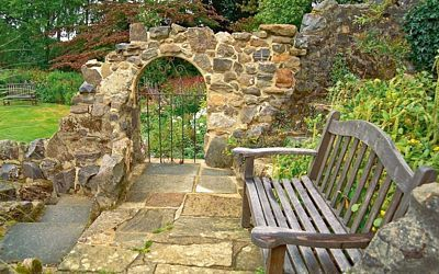 Romantické zákoutí prastaré zříceniny ve vlastní zahradě? Proč ne! Staré olysané…
