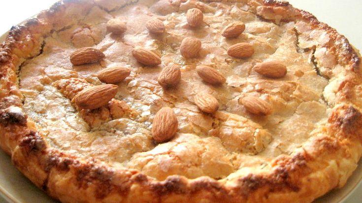 Tarte deliciosa, estaladiça por cima e macia e firme por dentro. Deliciosa tarte de amêndoa. Receita de Tarte de Amêndoa Ingredientes Massa Folhada - 1 Embalagem Açúcar - 300 gr Água - 1,5 dl Amêndoa - 100 gr (miolo) Manteiga - 50 gr (sem sal) Gema - 4 Ovo - 1 Limão - Raspa Açúcar - Para polvilhar Instruções Forre a forma com a massa e pique com um garfo a base da massa. Leve ao lume a água e o açúcar e deixe ferver durante 3 minutos. Junte a amêndoa ralada com a casca e a manteiga. Mexa e…