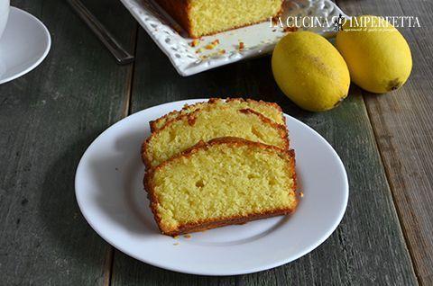 La lemon drizzle cake è una torta soffice di origine britannica dal marcato gusto di limone, ideale da assaporare con un buon tè fumante. La sua caratteristica è lo sciroppo al limone che viene versat