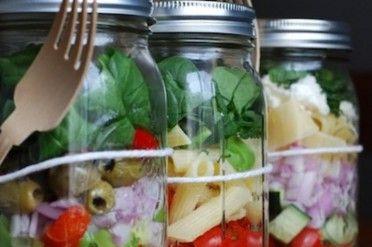 Saladas em potes de vidro preparadas no fíndi para durar a semana toda | Donna