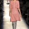 Se vieron muchas faldas a la altura de la rodilla, acompañadas de medias brillantes.