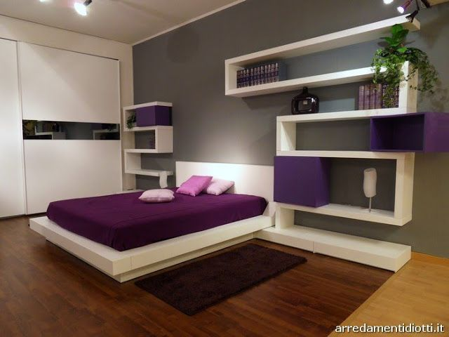 dormitorio moderno purpura blanco y gris via dormitorio morado