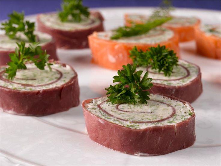 Helpot, mutta maukkaat alkupalat valmistuvat kylmäsavustetusta porosta ja tuorejuustosta. Tarjoile salaattipedillä tai saaristolaisleivän kera.