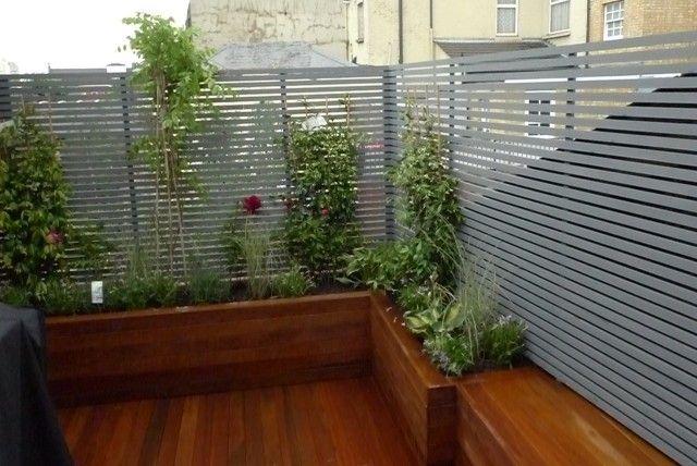 Der kleine Hinterhof kann mit Holz bedeckt werden